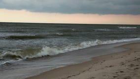 在海边的多云天空灰色天空 海上的恶劣天气 股票录像