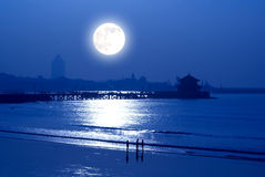 在海边的月出 库存图片