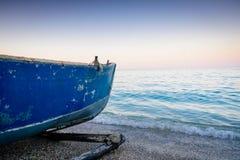 在海边的渔船 免版税库存照片