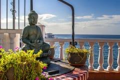 在海边的菩萨雕象 库存图片