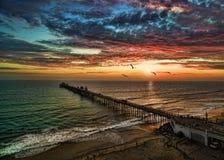 在海边码头的日落 免版税图库摄影