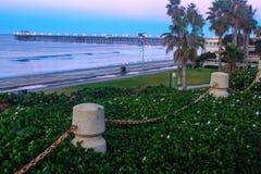 在海边码头的黎明 免版税图库摄影