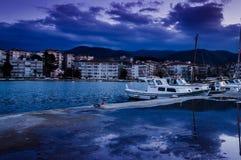 在海边镇的渔夫码头 免版税库存图片