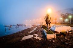 在海边镇的雾 免版税图库摄影