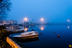 在海边镇的雾 库存照片