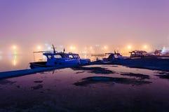 在海边镇的雾 免版税库存图片