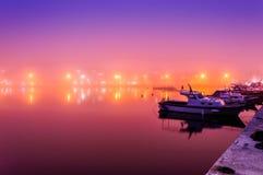 在海边镇的雾 库存图片