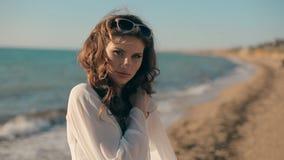 在海边附近的卷曲典雅的夫人 股票视频
