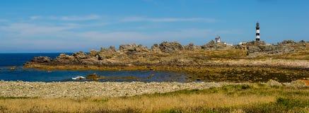 在海边附近的灯塔 免版税库存图片