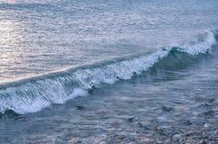 在海边,贝加尔湖的波浪在12月 库存照片