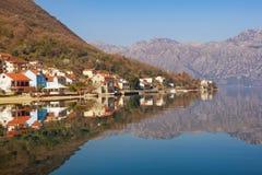在海边Prcanj镇附近的科托尔湾 黑山 库存图片