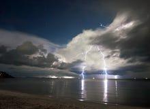 在海运之上的闪电。 免版税库存照片