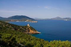 在海运塔附近 品柱卡奇亚 aragonese海岛意大利中世纪撒丁岛塔 免版税库存图片