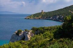 在海运塔附近 品柱卡奇亚 aragonese海岛意大利中世纪撒丁岛塔 免版税库存照片