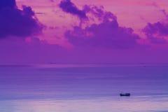 在海运日出海南的一条小船 免版税库存照片