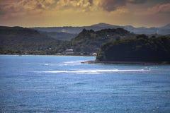 在海运日落的山 牙买加 库存照片