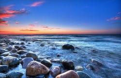 在海运日落的波罗地 有卵石花纹的海滩在Rozewie 库存照片
