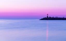 在海运日落 微明,紫色天空 免版税图库摄影