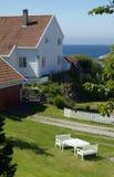 在海运白色附近的房子 库存照片