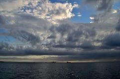 在海运的云彩 免版税库存照片
