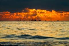 在海运的五颜六色的日落 免版税库存照片