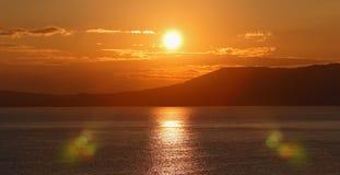 在海运的日出。(全景) 图库摄影