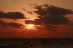 在海运的日落和cloudscape 库存图片