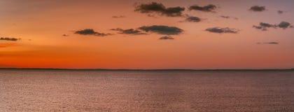 在海运的日落 与云彩的桃红色天空 库存图片