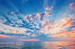 在海运的美丽的日落天空 免版税图库摄影