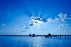 在海运的美好的日落有严重的天空的 免版税库存图片