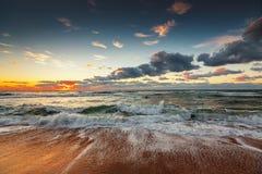 在海运的美好的cloudscape 碰撞在岸上的海浪 免版税图库摄影