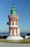 在海运的背景的灯塔 库存照片