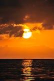 在海运的金黄日落 免版税库存照片