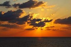 在海运闪耀的日落之上 免版税库存图片
