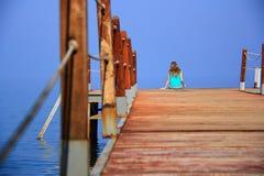 在海运附近的一个女孩 库存图片