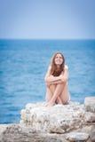 在海运附近的俏丽的smilling的女孩 免版税图库摄影