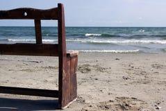 在海运附近的半长凳 免版税库存照片