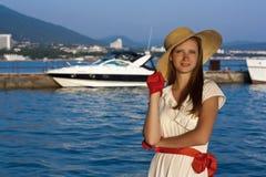 在海运附近的女孩 库存照片