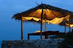 在海运附近的泰国按摩小屋夜间时间的 免版税库存照片