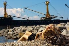 在海运附近的美丽的少妇 免版税库存图片