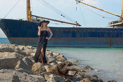 在海运附近的美丽的少妇 库存图片