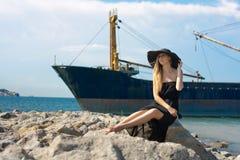 在海运附近的美丽的少妇 库存照片
