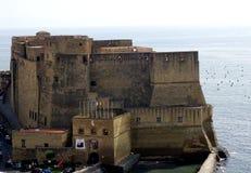 在海运附近的老城堡 免版税库存照片