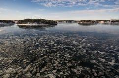 在海运somethere塔林附近的波儿地克的爱沙尼亚 与海岛的冬天海景 免版税库存照片