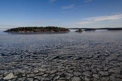 在海运somethere塔林附近的波儿地克的爱沙尼亚 与海岛的冬天海景 免版税图库摄影