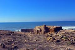 在海附近的一个非常老村庄 库存照片