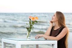 在海附近的一名妇女蓝天背景的在夏天 妇女有一种好心情和基于一俏丽的天在蓝色盐水湖附近 免版税库存照片