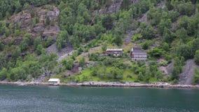 在海附近的传统挪威村庄房子 股票视频