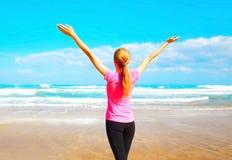 在海附近的健身愉快的妇女海滩的 库存图片