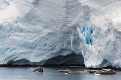 在海附近的冰川 库存图片